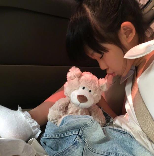 贝儿在车里睡着的样子超可爱