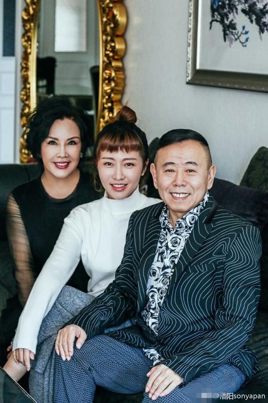 潘长江全家福曝光,50岁老婆身材苗条颜值高(图)