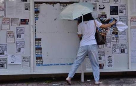 """港中大再现白衣女子 秒杀""""港独""""海报后潇洒离去"""