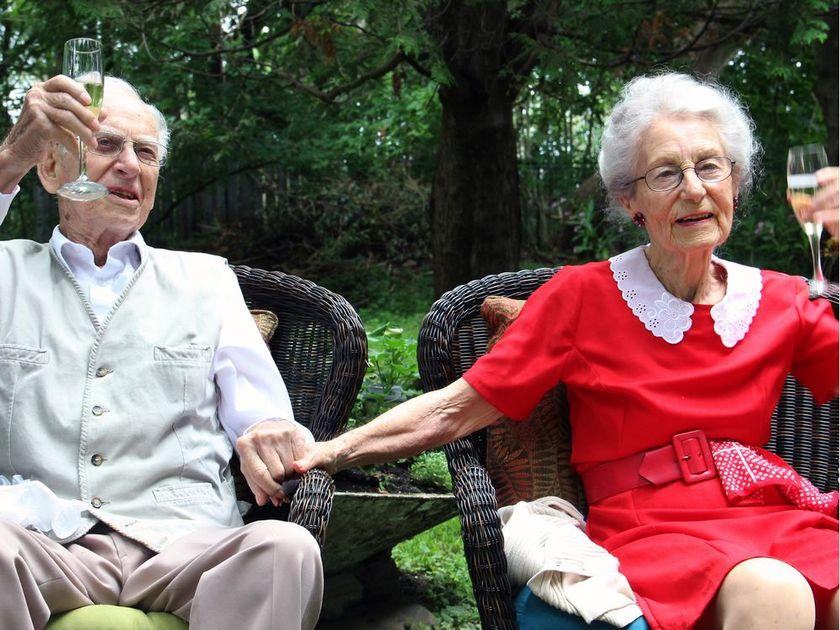 生死相随 结婚75年百岁夫妻5小时内相继离世