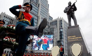 卡拉什尼科夫铜像在莫斯科揭幕 手持AK-47