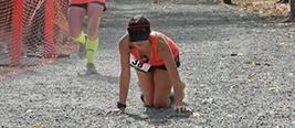 马拉松最后实在跑不动了 这位选手笑着滚到终点