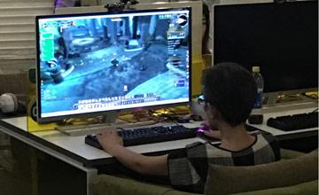 """60岁老太太网吧里玩""""魔兽"""" 操作还很娴熟"""