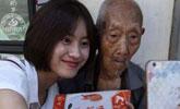 107岁老人卖鞋垫成网红,多人求合影!