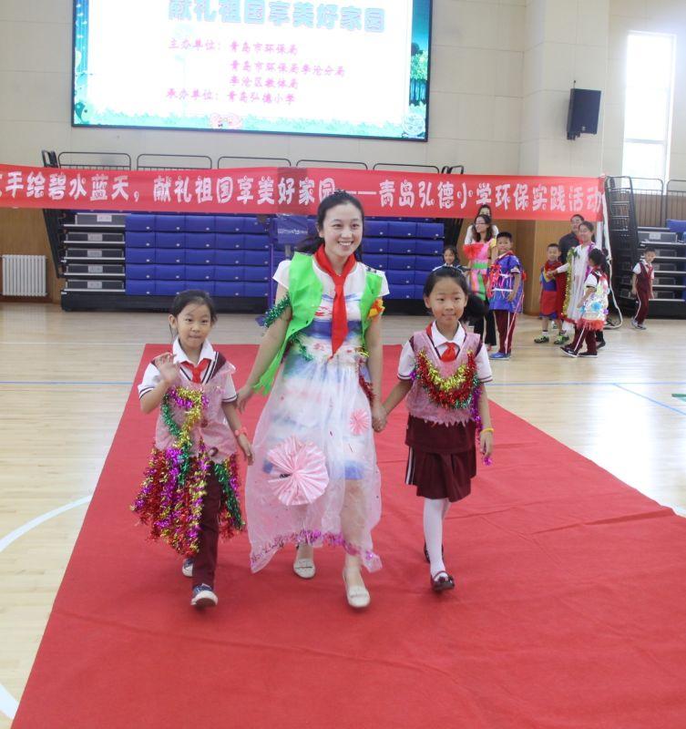 青岛弘德路小学举办手绘环保活动,孩子们将心中的环保蓝图通过一幅幅