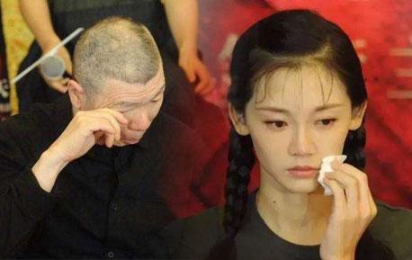 冯小刚哭了!电影撤档不要紧,带你抢先一睹《芳华》。