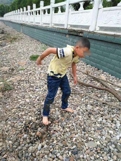 宜昌:8岁男童落江路人相救后离开 父母寻到恩人跪谢