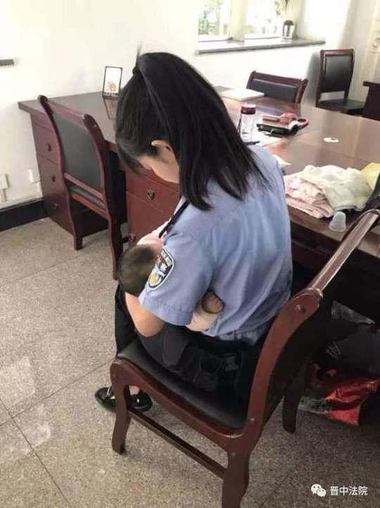 警花给受审被告孩子喂奶 被告法庭上流泪连声忏悔