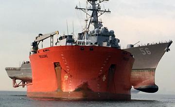 """美军被撞驱逐舰这样送修:半潜船""""公主抱"""""""