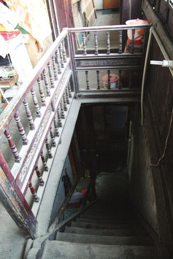 楼厅带桁间牌科,夹樘板雕花,前作双桁鹤颈轩,后作船篷轩,楼梯护栏嵌夹