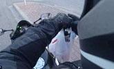 宾利车乱扔垃圾 摩托车主拾起猛追从车窗扔回车内