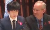 易烊千玺在世卫总部发表英文演讲 老外摘掉同声翻译