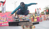 轮滑爱好者街头秀各种绝技