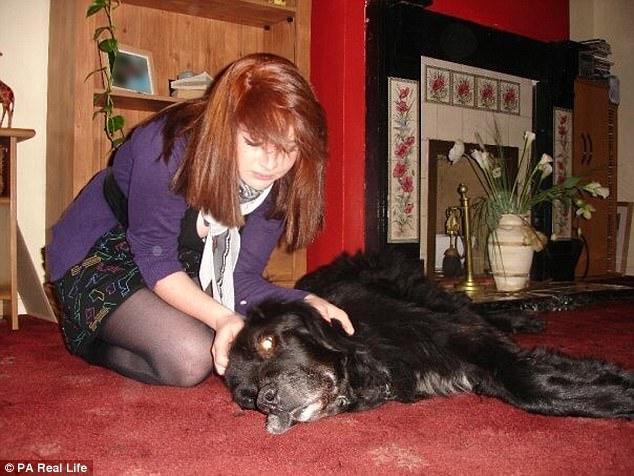 女子为悼念爱犬把狗爪纹在胸口 从此10年没人追