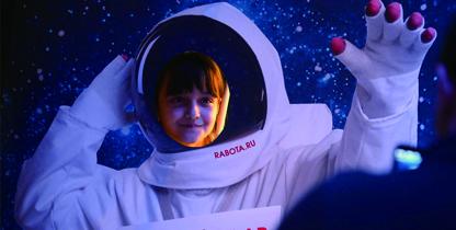 萌娃争当宇航员兴奋不已