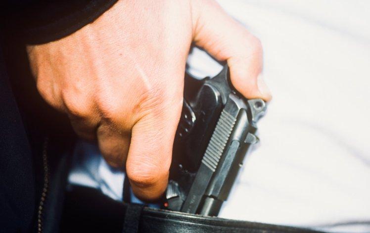 男子持枪抢劫热狗摊 不慎一枪射中自己的下体