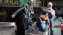 81岁谢贤在节目中踢7岁小孩 网友:踢的好!