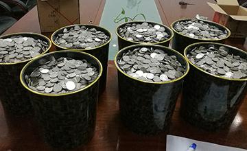 山东男子提6袋硬币买车 10人数了3小时