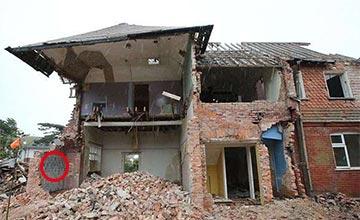男子拆房子时发现一面怪墙 没想到竟是意外收获