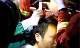 1米长钢条插进男子头部 消防员切割紧急救助