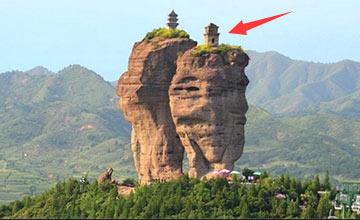 800米巨石上的神奇房子 地震后却出现惊人一幕