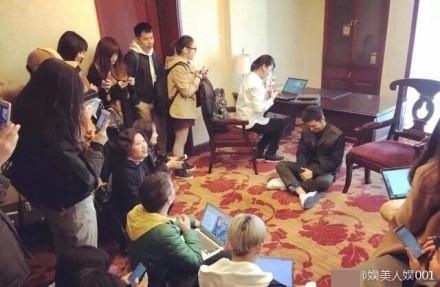 黄晓明见到记者跪地打字,一个暖心举动被赞