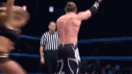 WWE第一翘臀猛女被男子羞辱后发怒, 连续暴打他下体