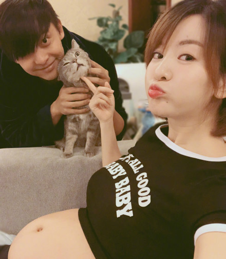 """""""小燕子""""李晟晒照宣布怀孕_肚子都这么大了"""