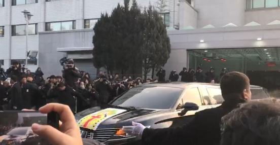 金钟铉出殡现场 近千粉丝见灵车崩溃:钟铉你起来