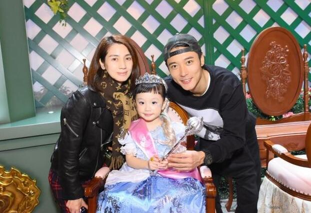 洪欣张丹峰一家逛迪士尼 女儿cos灰姑娘超可爱