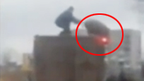 """男子和猪在车顶上""""决斗"""" 只用一招就让猪落荒而逃"""