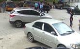 街头三名男子逼停轿车 手拿电棒大肆猛砸