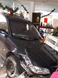 德国汽车失控撞进商店