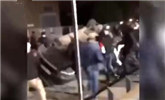 巴黎跨年夜不平安 警察遭遇袭击 巡逻车被掀翻