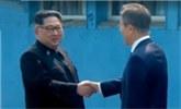 金正恩穿过军事分界线 朝韩领导人微笑握手互致问候