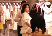 刘嘉玲与男性好友逛街购物