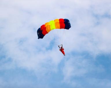 跳伞女皇再创300米低空纪录!
