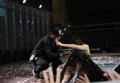 陈慧琳与粉丝握手跌倒走光