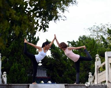 安徽颍上:八里河上百名美女竞秀瑜伽技艺