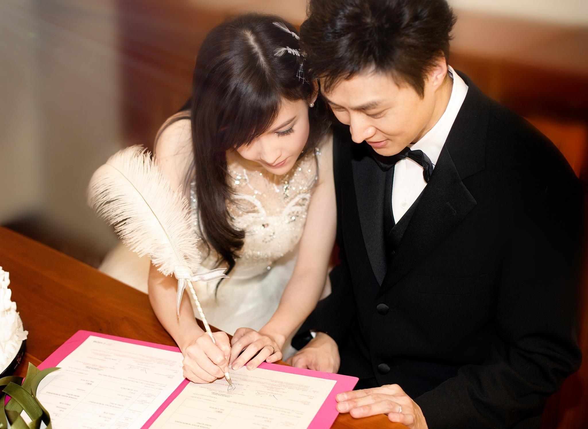 周慧敏倪震结婚9周年!穿白纱甜靠丈夫签字