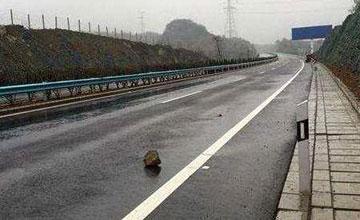 高速上突遇石头,你是撞还是躲?选错的后果太惨痛