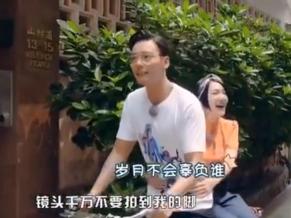 陈伟霆骑车带小S超温馨 谁知竟是用脚在移动