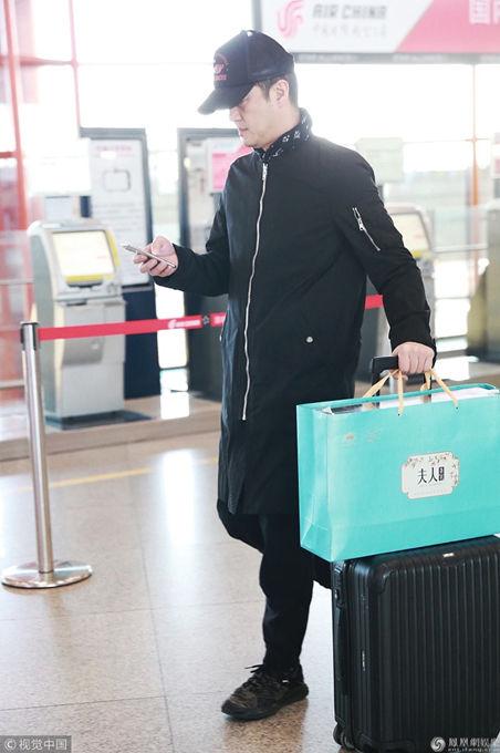 李亚鹏亮相机场 黑衣低调手机刷不停