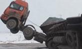 """大货车因道路结冰出意外 诡异翻车""""闪了腰"""""""