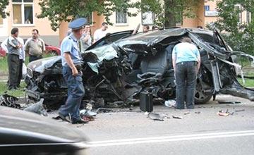超速豪车被撞粉碎 看到车主后警察呆了!