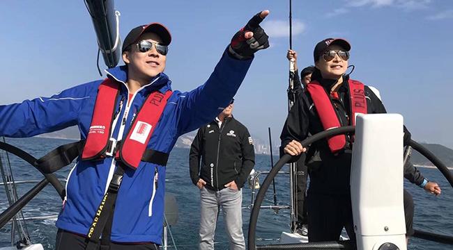 霍启刚带郭晶晶参加帆船比赛 夫妻俩越长越像