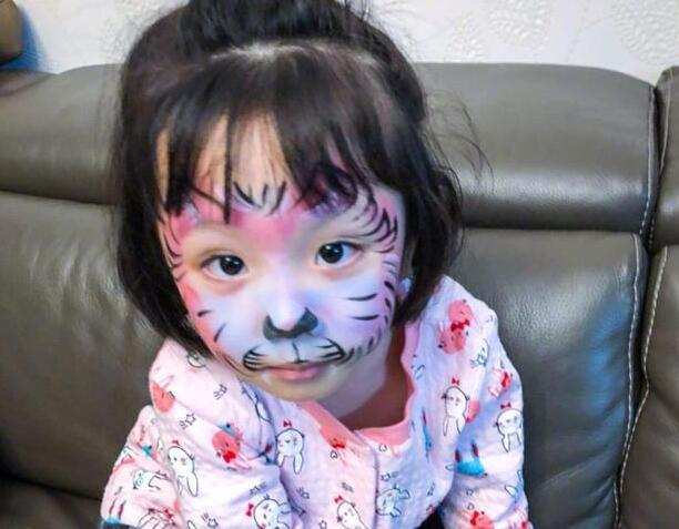 张丹峰又坑娃!女儿被画花猫脸一脸呆萌