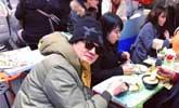 李亚鹏日本街头小摊吃豆腐脑 头发茂密