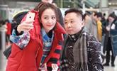 佟丽娅春晚联排后现身机场  热情与粉丝合影