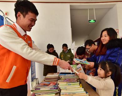 赣州300余名孩子向贫困村小捐赠图书